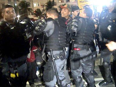 巴西警方暴力制服赛后球迷骚乱