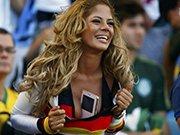 胸夹手机亮相世界杯决赛 性感女球迷助威德国