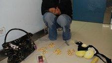 女子内衣藏毒遭民警一手插胸抓出毒品