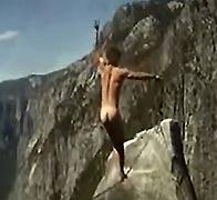男子全裸走软绳跨越峡谷