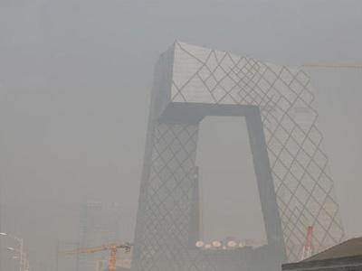 央视大裤衩雾霾中若隐若现