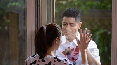 任性夫妇上演玻璃之吻 慌张夫妇共浴徐璐感动送吻