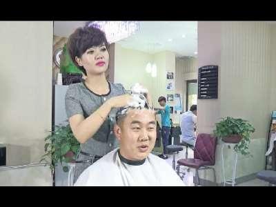 美女理发师恶搞众男 在线观看
