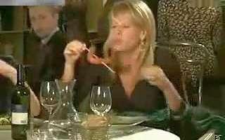 美女吃香肠时爆笑趣事