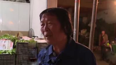 母亲卖水果帮儿子还债 诚信婆婆感动广大市民