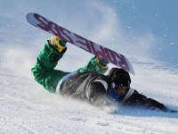 滑雪达人单板挑战雪山 不慎失误险受重伤