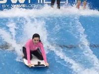 范冰冰李晨湿身玩冲浪 紧身泳衣秀好身材