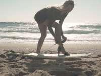 靓丽美女着礼服高跟鞋 上演性感冲浪