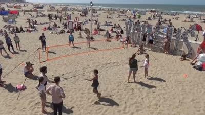 奥运期间场外找乐子  另类沙滩羽毛球也好玩