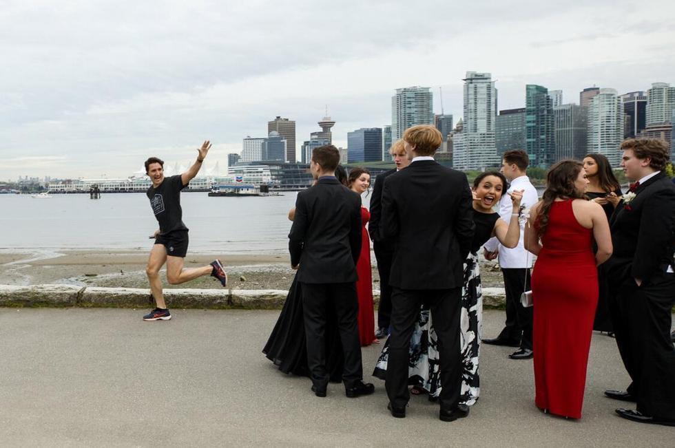 加拿大总理又火一把!跑步抢镜高中生毕业照高中女生拍骗被日本av图片