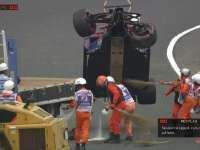 马修清理赛道散落碎片小塞恩斯赛车底盘损毁严重