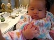 宝宝对着镜子也能笑翻天