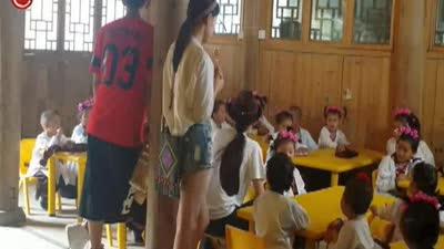 片花之课堂中苏醒黛青塔娜和孩子们互动