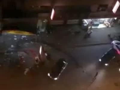 [视频]实拍烧烤摊深夜血拼 男子疯狂飙车撞人