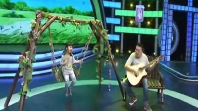 盲人歌手携女儿登台 倾情演唱你是我的眼