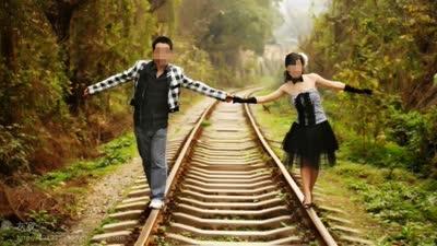 实拍情侣铁轨上散步逼停火车