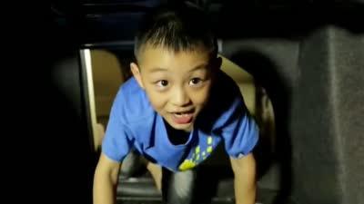高温暴晒危险大 勿把孩子留车内