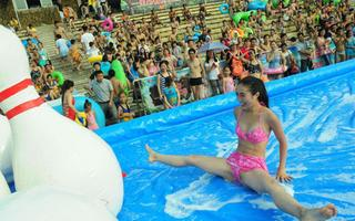 泳装美女嗨翻天人体保龄球展夏日激情