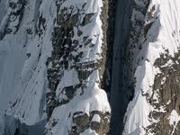 牛人垂直窄缝中滑雪 场面堪比大片特效