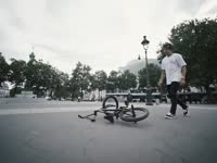 巴黎小伙骑行街头 古老街道美景如画