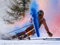 世界冠军炫彩滑雪表演 白色雪山秒变五彩世界