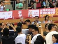 面前全是人拍照!姚明现身斯杯观看男篮比赛引骚动