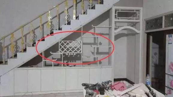 这样不仅让楼梯下面的空间显得太过空旷,又能利用酒柜上的隔断板进行