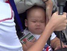最小选手坐婴儿车参赛
