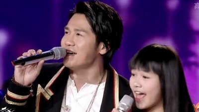曹格及学员演唱歌曲《美丽人生》