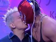 香港节目逼嘉宾吞老鼠 与壮汉舌吻舔其脚趾