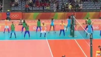 赛前一起嗨翻全场 女排工作人员跳舞超抢镜