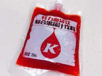 万圣节主持人化身吸血鬼 痛饮KFC血袋饮料