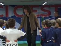 【现场直击】路易斯重返巴黎与小球迷温馨击掌