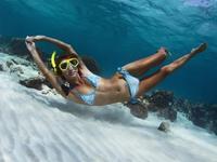 蓝天碧海 你喜欢跟这样的姑娘一起潜水抓鱼么?