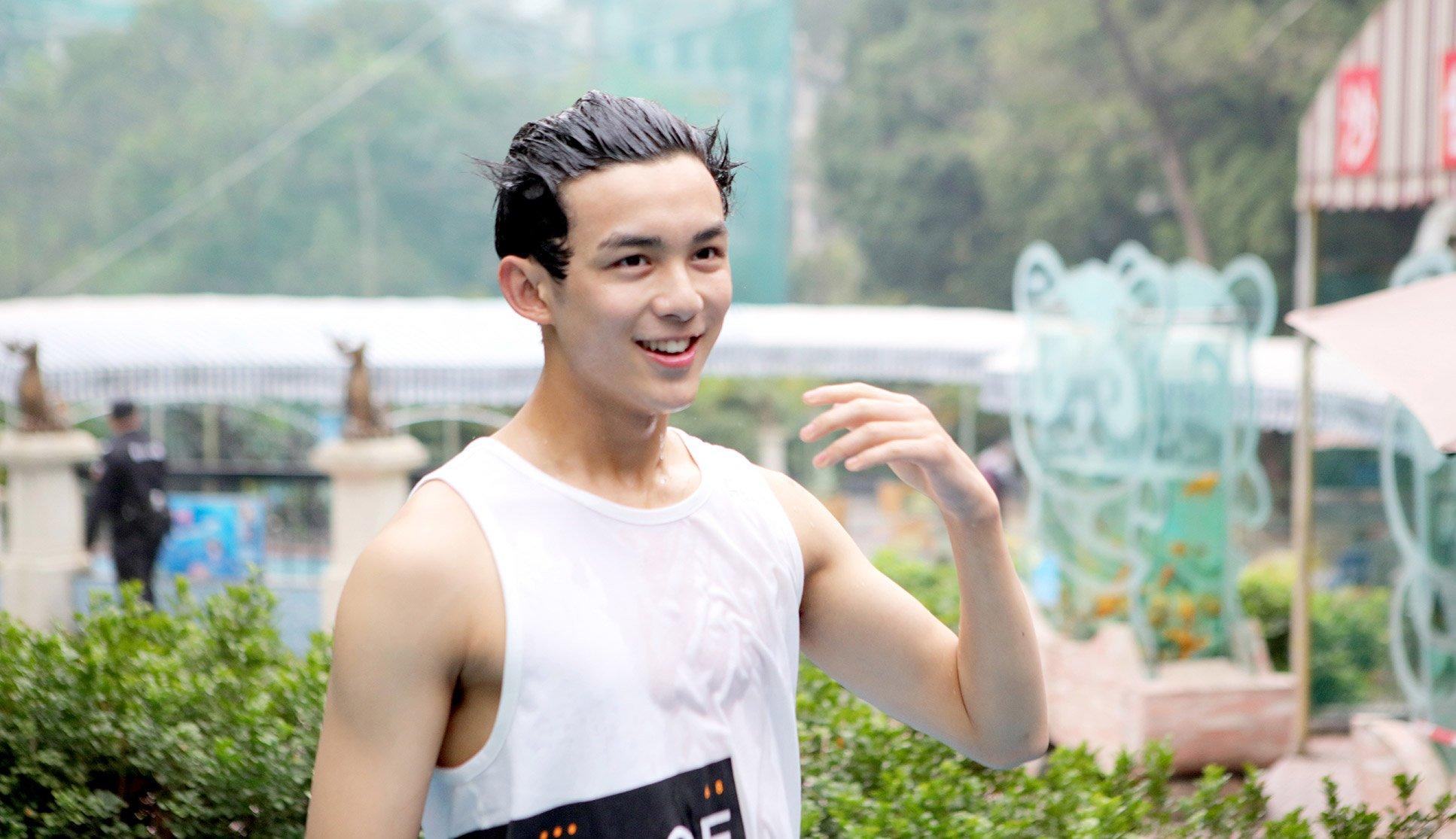 吴磊为获信物湿身