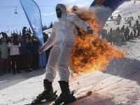 男子背后燎火玩滑雪 拿命争240元奖金终烧伤