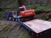 老板要挖掘机司机开平板车,差点把挖掘机弄悬崖下去了!