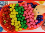 洋娃娃在彩色糖果泡泡糖中洗澡发现奇趣蛋玩具!