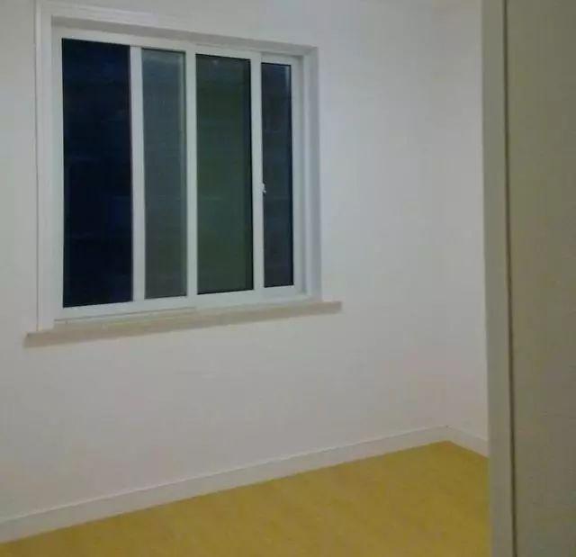 次卧基础装修很简单,刷白墙,铺铺木地板就是了,挺喜欢这木地板的,颜色