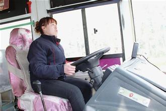 嚣张男劫持公交 女司机淡定应对巧脱身