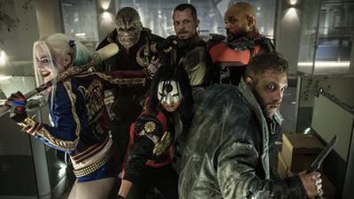 《自杀小队》终极版预告 蝙蝠侠帅气亮相 小丑女姿势撩人抢镜