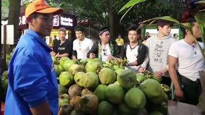 兄弟团为买椰子神砍价