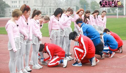 少女们晨练遇上男团