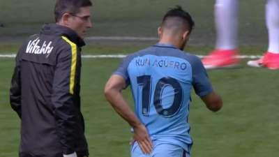 阿圭罗遭K6贴身防守犯规 尾巴骨被怼暂时离场