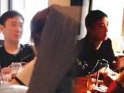网友偶遇王思聪带两美女高档餐厅吃饭 交谈甚欢
