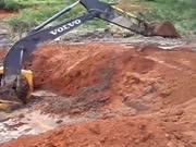 新师傅开挖掘不慎被困泥潭,老板叫来两架挖机帮忙了