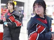 吴昕现身机场小细腿抢镜 回眸间做了一个动作显少女心