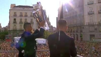 皇马夺冠庆典人山人海 C罗展示大耳朵杯