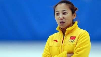 亚冬会中国代表团抵达日本 李琰一身红期待好成绩