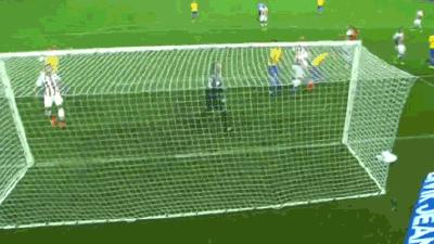 GIF-内马尔任意球制导 保利尼奥门前头槌险破门